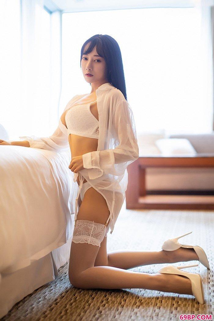 妖娆佳人何嘉颖酥胸饱满长腿迷人_西西人体林小葵