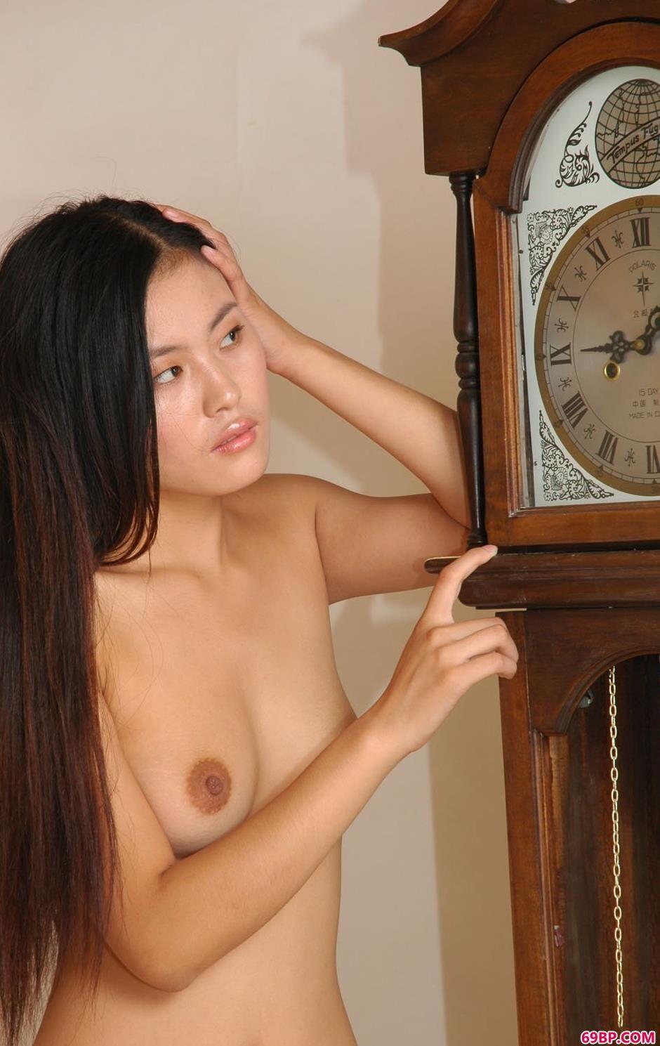 超模杜莲古典大钟前的美体_爱液多流出来了20p