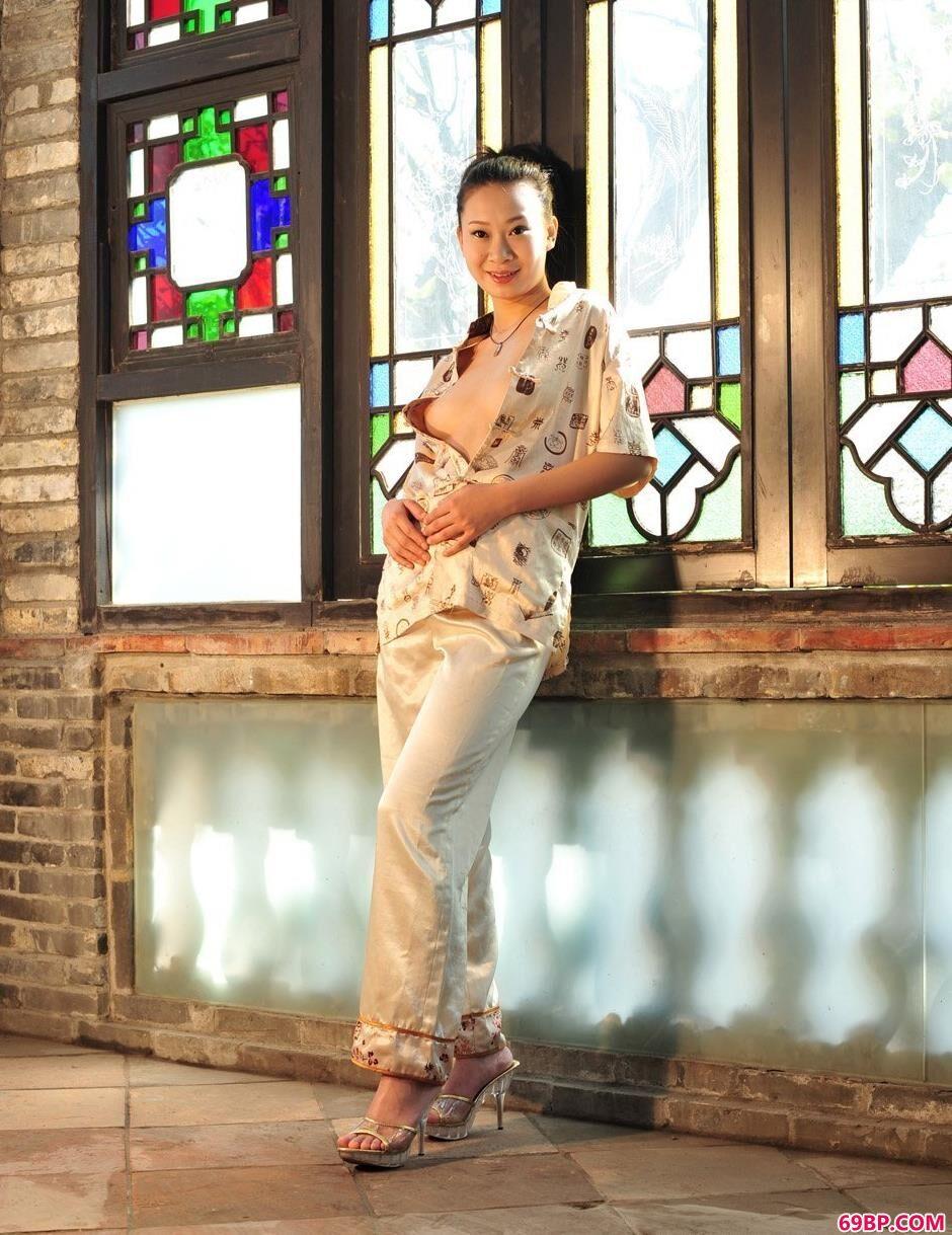 泰国最大胆的人体_靓女李雯在电影拍摄基地里的勾魂美体