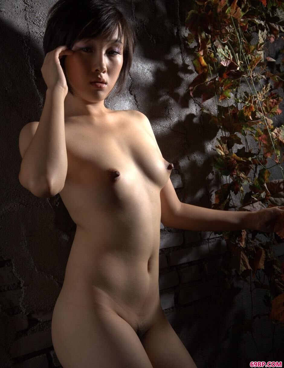 靓女露露在小屋墙前的勾魂身材