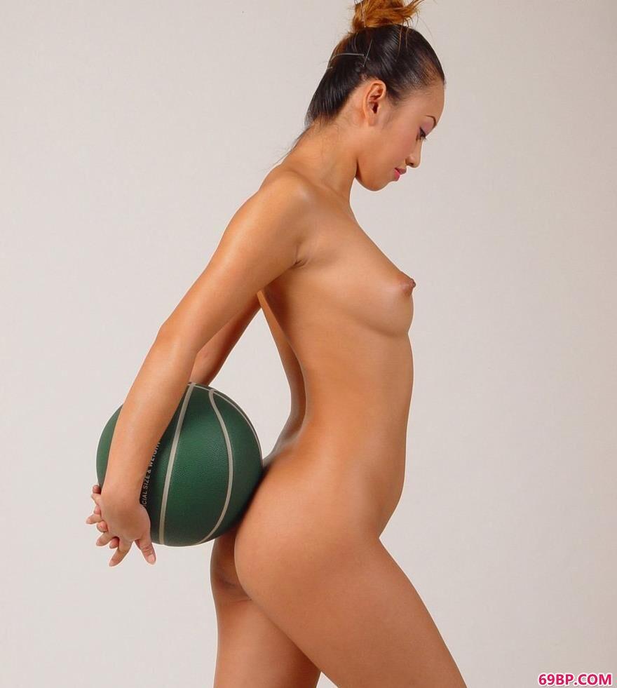 小雯影棚白背景篮球与人体2_gogo全球高清大胆美女