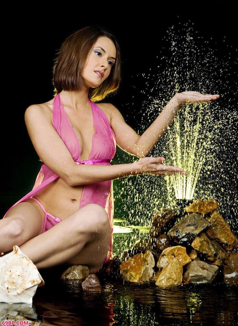 gogo大胆欧美人体艺�x图片_嫩模利昂娜室拍音乐喷泉边的美体1