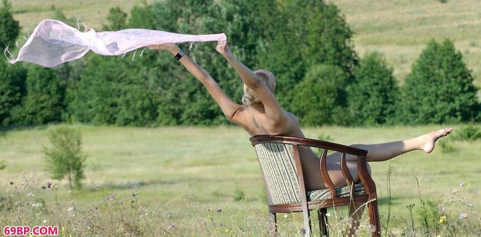 gogo全球人体国模私拍,名模Ira野外凳子上的魅惑人体
