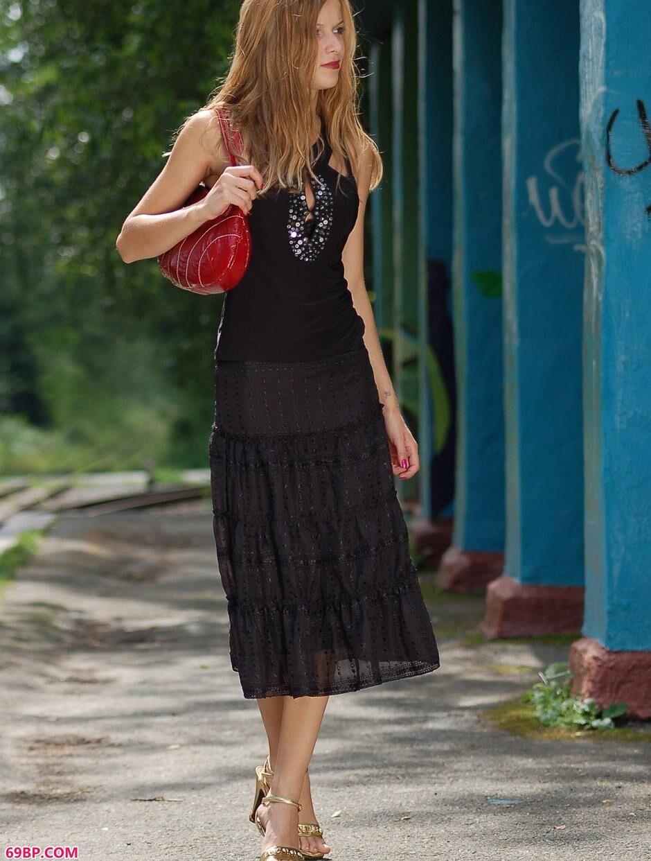 美模玛莎Masha铁轨上的妩媚人体1,亚洲美女人体GOGO