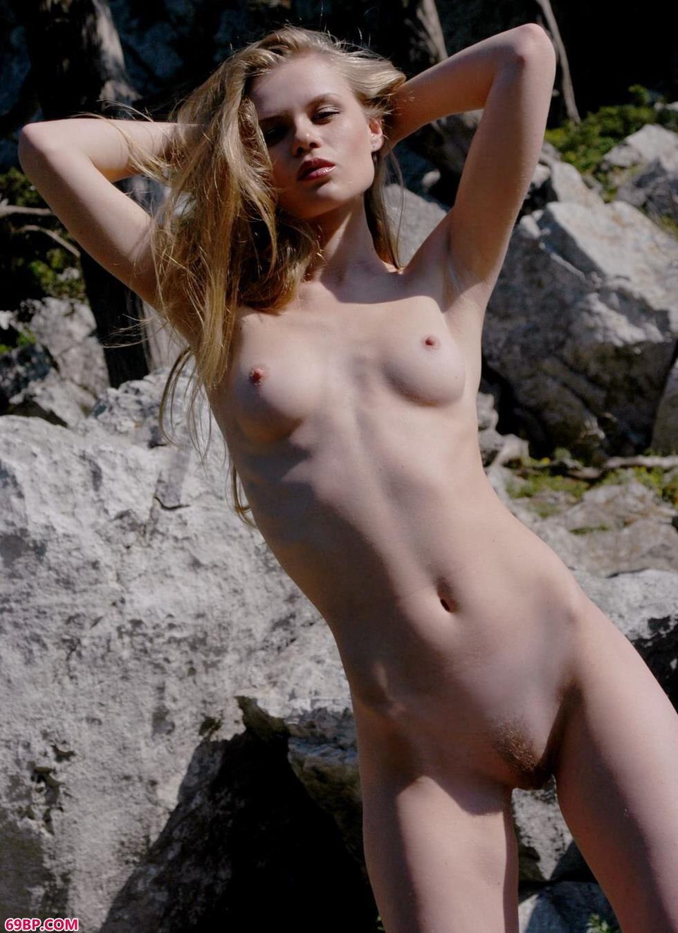 玩弄极品少妇17p_嫩模Kasana山上的无圣光人体