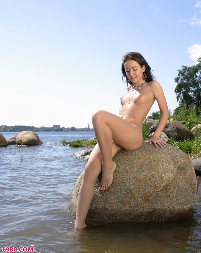 靓妹Savina水中石头上的魅惑人体